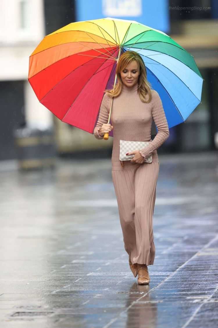 Gorgeous Amanda Holden Walking In Rain Out In London