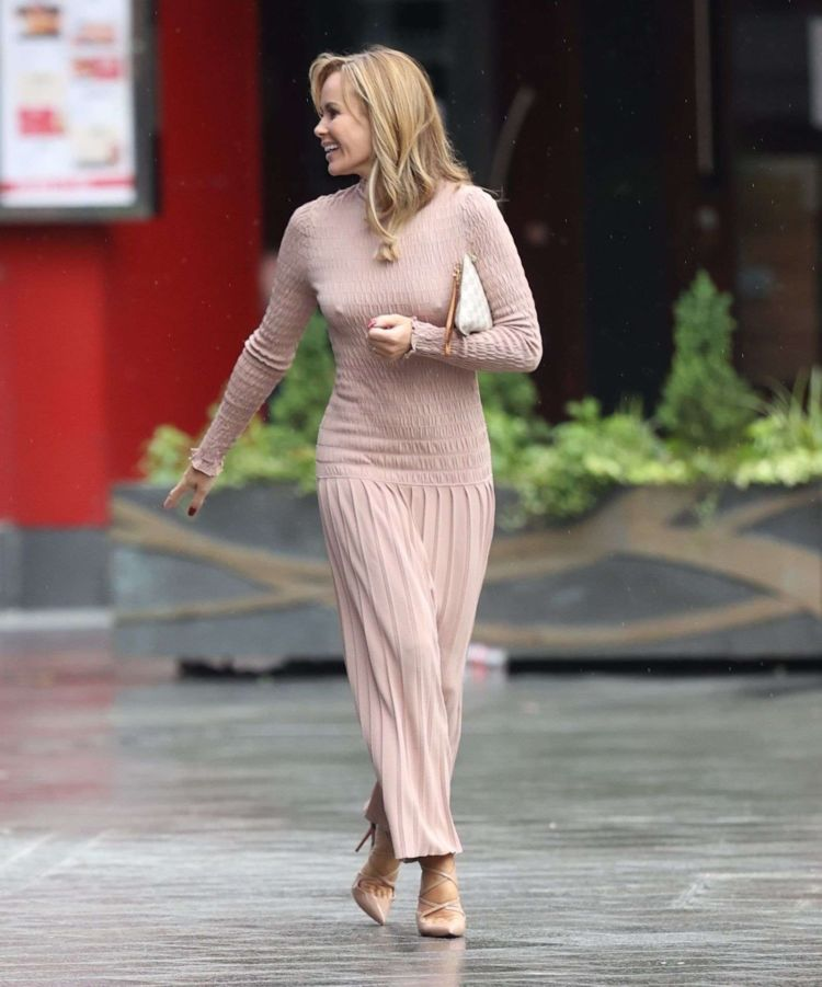 Gorgeous Amanda Holden Walking In Rain Out In London