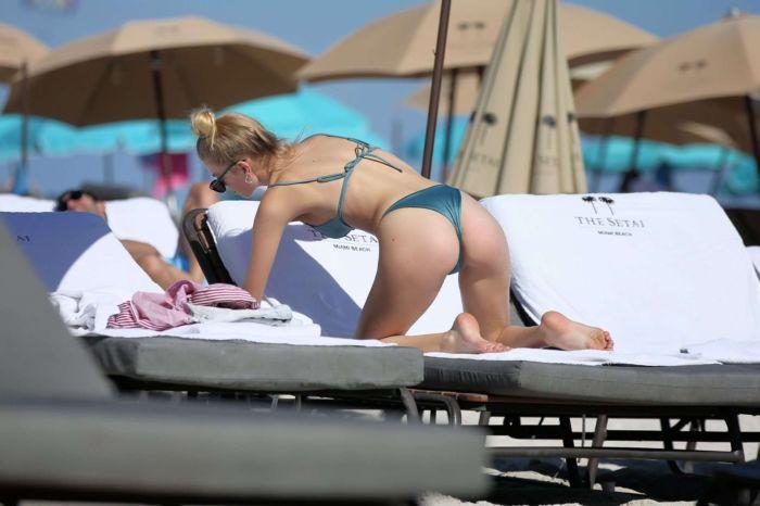 Daphne Groeneveld Relaxing In A Green Bikini At Miami Beach